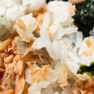 鶴見市場  米家きゅうさん 佐々木店 で 鮭おにぎりとアサリおにぎり