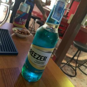 タイでおすすめのブルーベリーバニラ味の青いお酒‼︎