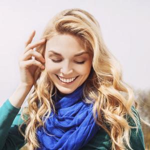 会話中に女性が「髪を触る」その心理とは?触り方でわかる脈あり仕草はこれ