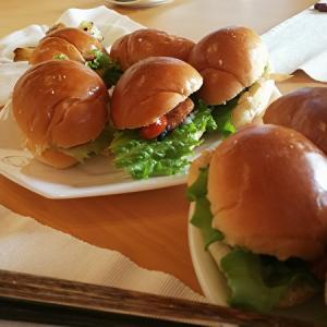 バターロールで照り焼きチキンバーガー再現!レシピ