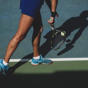 テニスは後ろに下がるフットワークが肝!他のスポーツから学ぶ下がるコツや家でもできるトレーニングについて【テニス上達法】