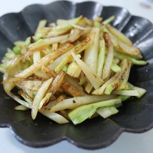 栄養たっぷり!じゃがいもとブロッコリーの茎オイバタ炒めの副菜レシピ