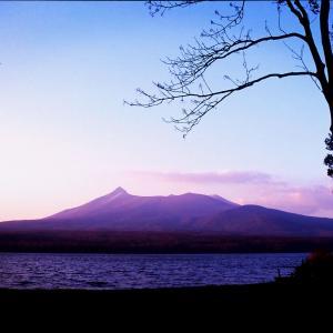黄昏時の大沼と駒ヶ岳。秋の色に染まる