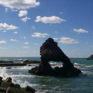 日本海に浮かぶ せたな町の奇岩「窓岩」