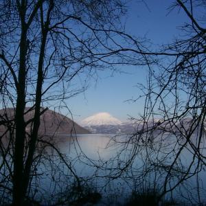 青い空に白い羊蹄。冬の洞爺湖越しに望む雪の羊蹄山