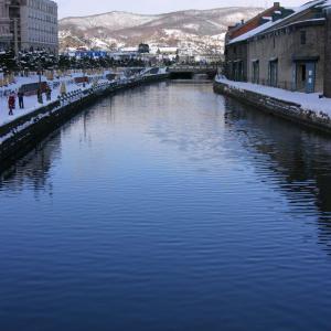 冬の小樽運河は水に映る空の青が美しい