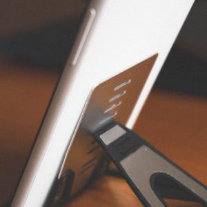 財布やポケットに収納可能。「TITACUTE」のスマホ、タブレットスタンドが便利