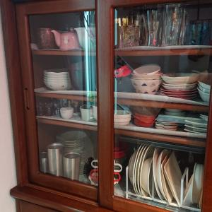 食器を重ねて収納は取り出しにくく不便…ディッシュラックで立てて収納がおすすめ