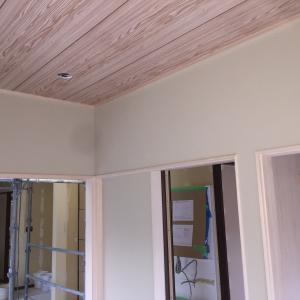 内装工事(壁紙貼り)続き&玄関タイル貼り始まる