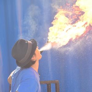 火吹き!大道芸人のパフォーマンスやサーカスで見る火を吐くショー!