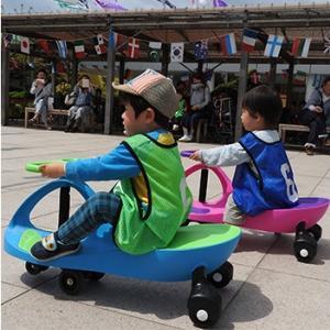【JR博多シティ】ハンドルを動かすと進むプラズマカーでレースが楽しめる!