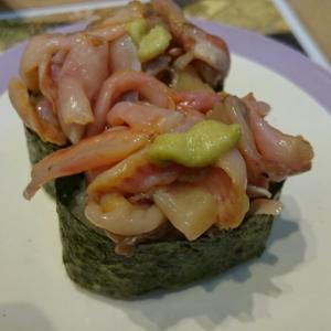横須賀中央『魚屋さんの新鮮回転寿司)/新鮮なネタがリーズナブルに楽しめる駅前回転寿司