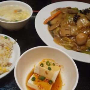 西新宿の中華料理店で五目焼きそばランチ
