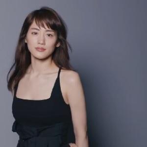 綾瀬はるか、前週上回る売上で「写真集」4位キープ 黒の水着姿を「トドみたい」と発言し話題に