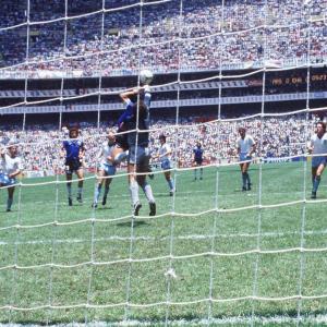 【悲報】マラドーナさん、サッカー界の両津勘吉だった。ハンドを「神の手が当たっただけ」と主張