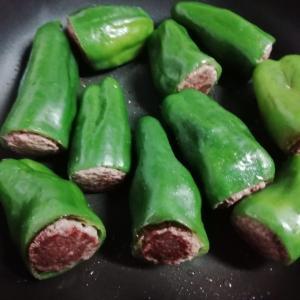 まるごとピーマンの肉詰めを作る