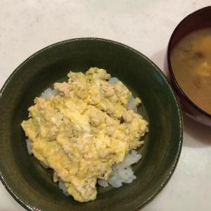 今朝は和食「親子鶏そぼろ丼」