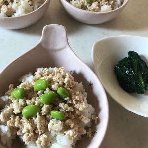 登校日の朝ごはん「ミニ鶏そぼろ丼🍚✨」腹持ちを考えるとやっぱり米❓