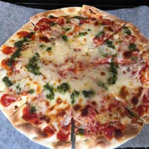 おいしいピザを自宅で食べよう【自宅で焼いて熱々カリッカリ🍕💕】人生で一番おいしいピザの紹介です(*^-^*)