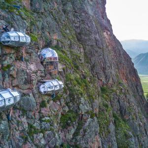 【この動画、すごい!】ペルーの断崖ホテル マチュピチュ行く途中にあるよ