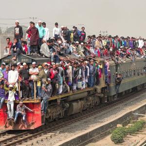 【この動画、考えさせられる!】バングラデシュ 列車の乗り方がカオスだよ