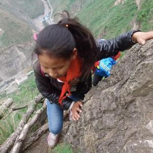 【この動画、考えさせられる!】中国「崖の村」 世界で最も危険な通学路!