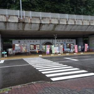 「道の駅親不知ピアパーク(新潟県・糸魚川市)」翡翠の露店売りです。(〃 ̄ω ̄)ほほほー。