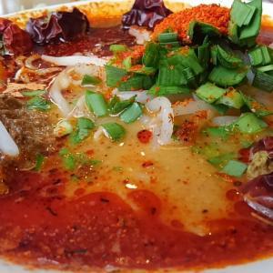 スープの上に唐辛子5個が浮いてる…丸源商店、超麻辣担々麺-15辛 完汁してきましたよ!