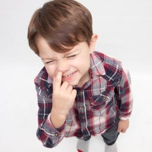 鼻をほじる子供。いつまで続く?どうやってやめさせる?