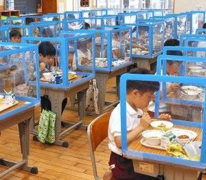 【新型コロナ】机を囲む卓上シールドの中で給食 みんなどう思う?