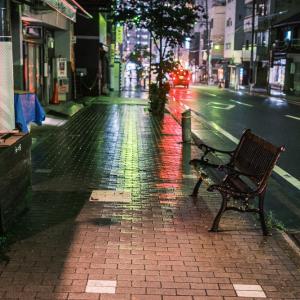 ベンチ 夜 雨