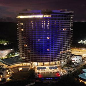 「ザ ツバキ タワー」がブルーにライトアップ コロナと戦う最前線の人たちに敬意を表す