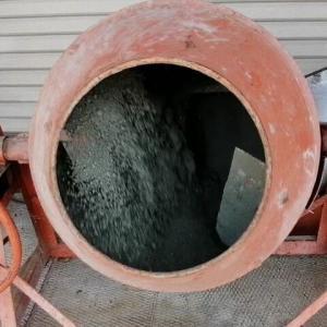 コンクリートミキサーを使う