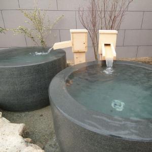 今日は雨なので温泉で一休み