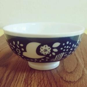 ダイソーのレトロかわいい北欧柄茶碗。