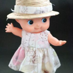 夏のワンピースには麦わら帽子がピッタリ、キューピーの大きな頭が可愛さを倍増します。