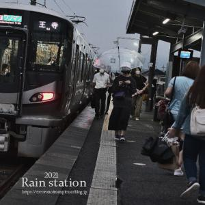 それぞれの雨の駅風景