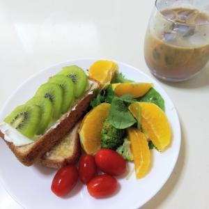 朝食に果物を取る幸せ