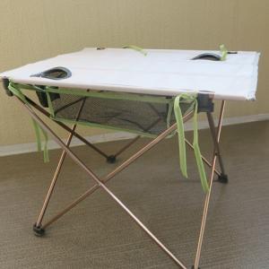 ダイソーの椅子下ハンモックも大いに便利なようだ。テーブルでの使用例