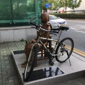 少女像に自転車チェーンロックかけて非難浴びた30代、鍵を壊した警察を逆に告訴=韓国の反応