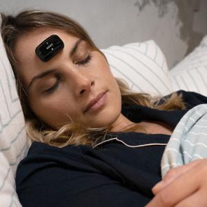たった15分で入眠、いびきもなおす?!眠りの質を改善するガジェット「DOZZ」