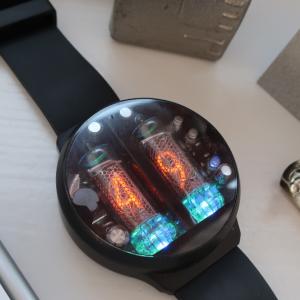 テクノロジーに置き去りにされた未来の浪漫を感じるニキシー管腕時計「NIXOID NEXT」