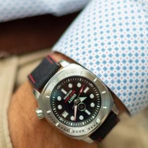 その黒真珠はバルセロナのデザインとスイスの心臓を持つ…300m防水自動巻き腕時計UNITY「Black Pearl 300」