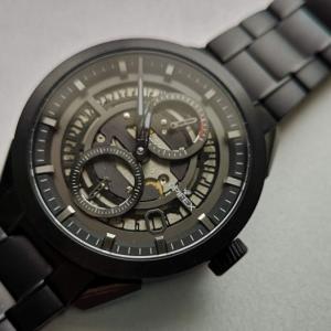 独特の切り抜き式日付ディスクとチタン製ケースが特徴のパワーリザーブ表示付き自動巻き時計OPIFEX Watch - Venture