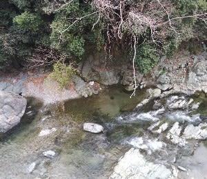 清流穴吹川を眺める。