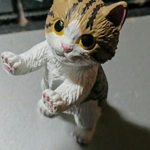立つ子猫フィギュア