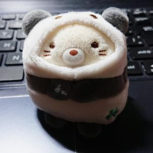 パンダの着ぐるみを着た「ねこ」(『すみっコぐらし』)が可愛いから見て!
