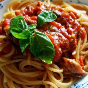 サバ缶トマト缶を使ってサバトマトパスタ。
