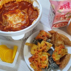 震える激辛具合!サイドの天ぷらも美味しい韓国トッポッキ!