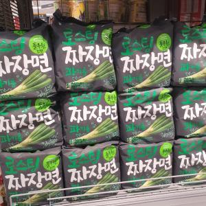 ズラッと陳列の新作中華麺が気になる!韓国スーパー購入品!